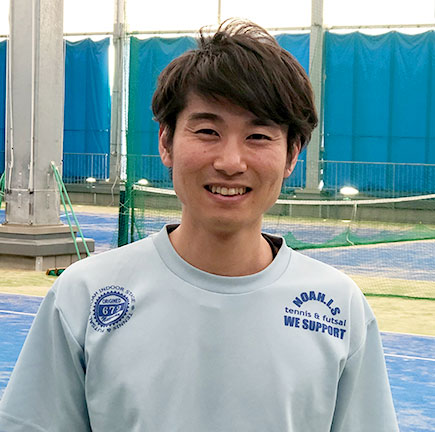 ノアジュニアテニスアカデミー茨木校の鈴木和憲(すずきかずのり)コーチ